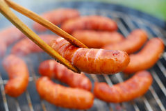 Saucisses sur le gril Photo stock
