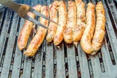 Saucisses sur le gril de barbecue Photographie stock