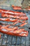 Saucisses sur un gril Image libre de droits