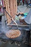Saucisses thaïlandaises grillées sur le fourneau sur à coté la rue Images libres de droits