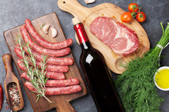Saucisses, viande, vin rouge Photographie stock