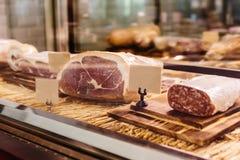 Saucisson разнообразие толстая, сухая вылеченная сосиска которая возникает в Франции Типично сделанный свинины, или смеси свинины стоковая фотография