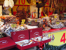 Saucisson stall i julmarknaden, Paris Royaltyfria Bilder