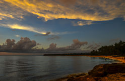 Saud Beach no por do sol em Pagudpud Filipinas Imagem de Stock