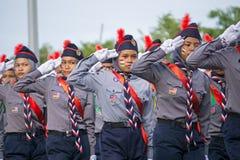 Saudação da escuteira durante o Dia da Independência de Malásia Imagens de Stock