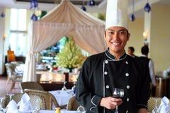 Saudação do cozinheiro chefe no restaurante Imagens de Stock