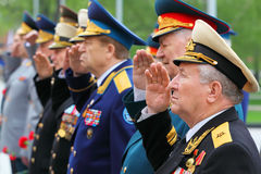 Saudação dos veteranos na cerimónia da colocação da grinalda Fotos de Stock Royalty Free