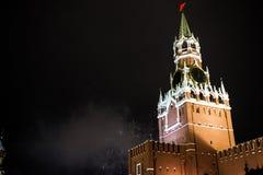 Saudação em honra do ano novo 2019 no quadrado vermelho contra o Kremlin, torre de Spasskaya imagens de stock royalty free