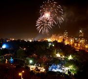 Saudação em honra do Dia da Independência, no céu noturno fotografia de stock