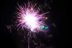A saudação explode no céu noturno Foto de Stock