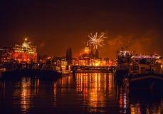 Saudação festiva dos fogos-de-artifício na noite de ano novo O 1º de janeiro de 2016 em Amsterdão - Netherland Imagem de Stock Royalty Free