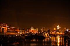 Saudação festiva dos fogos-de-artifício na noite de ano novo O 1º de janeiro de 2016 em Amsterdão - Netherland Imagem de Stock