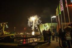 Saudação festiva dos fogos-de-artifício na noite de ano novo O 1º de janeiro de 2016 em Amsterdão - Netherland Foto de Stock Royalty Free