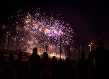 Saudação festiva dos fogos-de-artifício na noite de ano novo O 1º de janeiro de 2016 em Amsterdão - Netherland Imagens de Stock