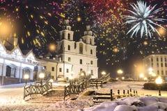 Saudação festiva na noite Minsk pelo Natal e o ano novo Comemorando o ano novo em Bielorrússia Fogos-de-artifício e saudações, lu fotos de stock