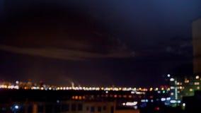 Saudação no céu noturno acima da cidade Fogos-de-artifício sobre a cidade Saudação da cidade da altura 3840x2160 video estoque