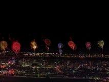 Saudação sobre a cidade a megalópole Saudação festiva no céu noturno Explosões dos fogos-de-artifício imagem de stock royalty free