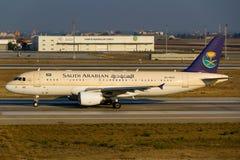 Saudi Arabian Airlines flygbuss A320 Fotografering för Bildbyråer
