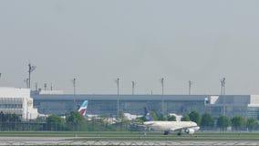Saudi Arabian Airlines que faz o táxi no aeroporto de Munich vídeos de arquivo