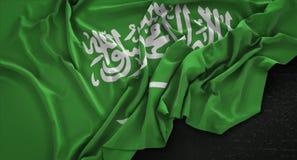 Saudi-Arabien Flagge knitterte auf dunklem Hintergrund 3D übertragen stock abbildung
