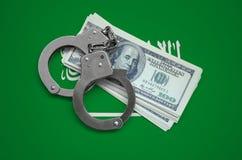 Saudi-Arabien Flagge mit den Handschellen und ein Bündel Dollar Währungskorruption im Land Finanzkriminalität stockbild