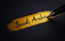 Saudi-Arabien Handschrifts-Text auf goldenem Pinsel-Anschlag lizenzfreies stockbild