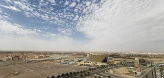 Saudi-Arabien Himmel bewölkt konkreten Himmel des schönen Baus lizenzfreie stockfotografie