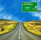 Saudi-Arabien Verkehrsschild gegen klaren blauen Himmel stockfoto