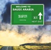 Saudi-Arabien Verkehrsschild gegen klaren blauen Himmel stockfotos