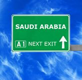 Saudi-Arabien Verkehrsschild gegen klaren blauen Himmel lizenzfreie stockfotos
