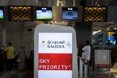 Saudia,沙乌地阿拉伯航空,登记处柜台在雅加达Soekarno哈达国际机场 免版税库存照片