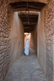 Saudian, das innerhalb der Wände von Al-Ula Old City, Saudi Arabi geht Lizenzfreie Stockfotografie
