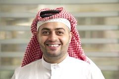 Saudiarabiskt ungt affärsmananseende i kontoret Arkivbild