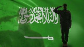 Saudyjczyk - arabska żołnierz sylwetka salutuje przeciw fladze państowowej, kraj duma zbiory wideo
