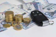 Saudyjskie riyal monety i klucz samochód, wyrażają ubezpieczenia samochodu, finanse i kupienia samochód, Zdjęcia Royalty Free