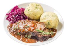 Sauerbraten στο πιάτο που απομονώνεται στοκ φωτογραφία με δικαίωμα ελεύθερης χρήσης