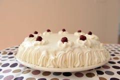 Sauerkirschenkuchen mit Schlagsahne Lizenzfreie Stockfotografie