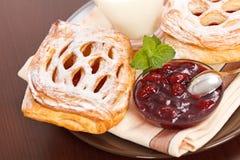 Sauerkirschenkuchen, -störung und -milch Stockfotos