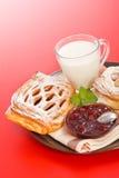Sauerkirschenkuchen, -stau und -milch Lizenzfreie Stockfotografie