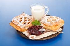 Sauerkirschenkuchen, -stau und -milch Lizenzfreie Stockbilder