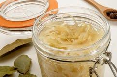 Sauerkraut в стеклянном опарнике с bayleaf стоковая фотография rf