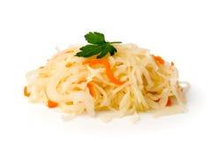 Sauerkraut с морковью и sprig петрушки на белизне, крупного плана Стоковые Фотографии RF