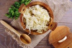 Sauerkraut in einem hölzernen Fass Stockfotos