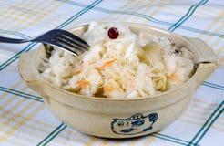Sauerkraut en un tazón de fuente fotos de archivo libres de regalías