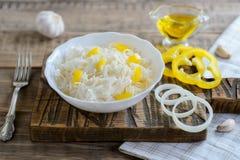 Sauerkraut w białym pucharze, tradycyjna rosyjska kuchnia Zdjęcie Royalty Free