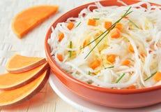 Sauerkrautsalat mit Klumpen des Kürbises Lizenzfreie Stockfotos