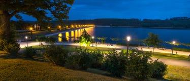 sauerland Alemanha do lago do sorpesee na noite foto de stock