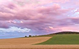 Sauerland, Duitsland - Achtermening van een verdwijnende onweersbui bij zonsondergang met dramatische blauwe en roze cloudscape o Stock Foto
