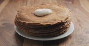 Sauerrahm auf Pfannkuchen oder Blini Stockfotos