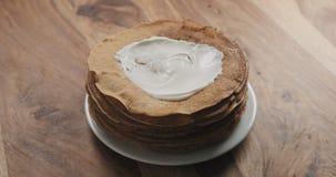 Sauerrahm auf Pfannkuchen oder Blini Lizenzfreies Stockfoto